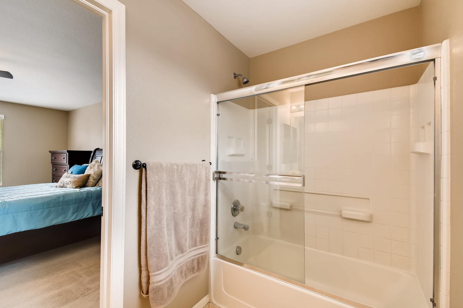 REAL ESTATE LISTING: 10595 Forester Pl Longmont CO Master Bathroom
