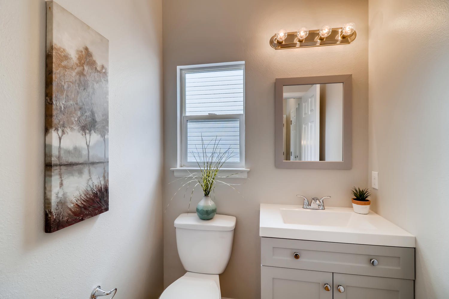 REAL ESTATE LISTING: 1902 Fountain Court Powder Room