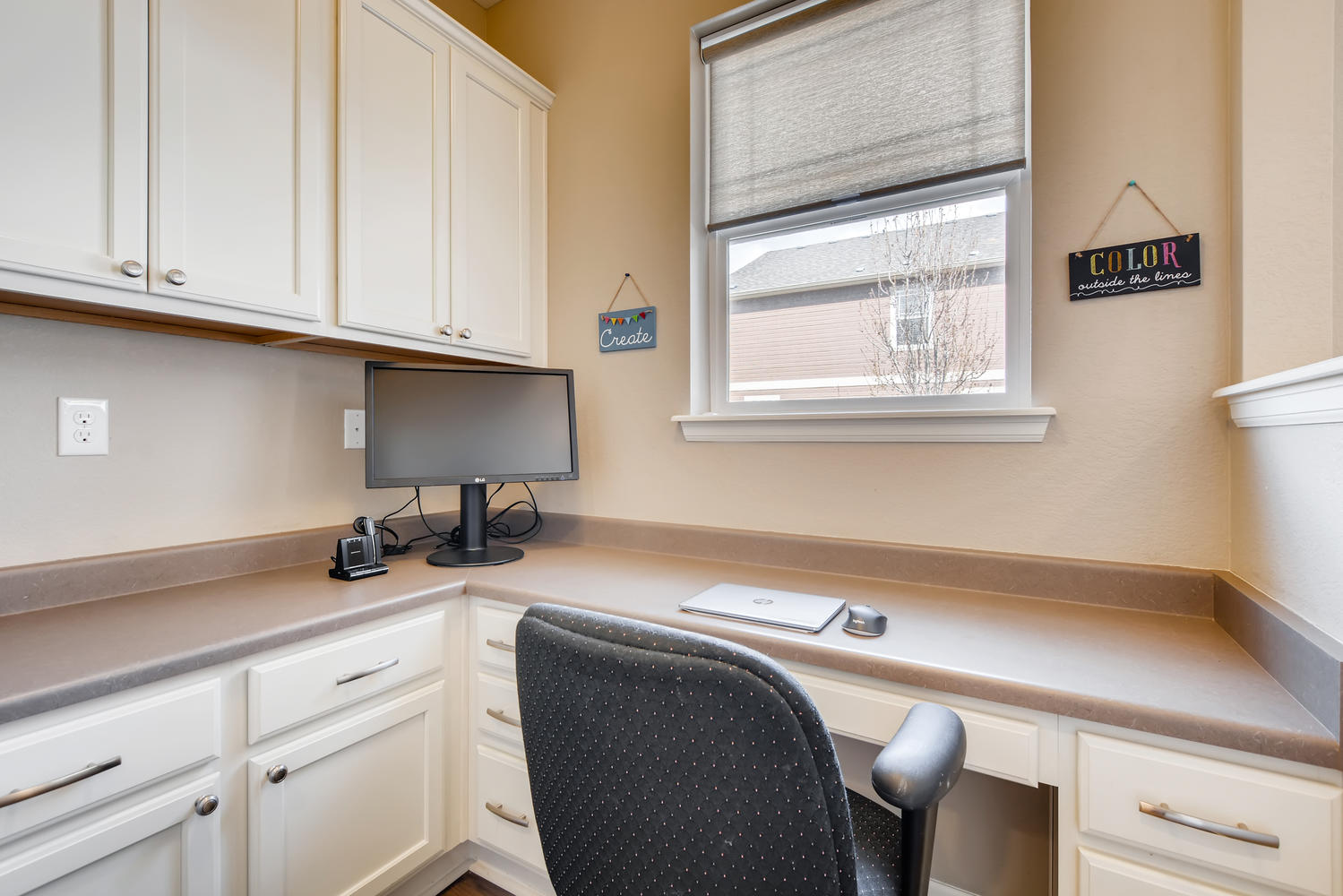 REAL ESTATE LISTING: 2182 Steppe Dr Longmont Kitchen Work Station